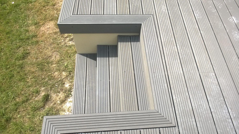 Escalier d'une terrasse en composite